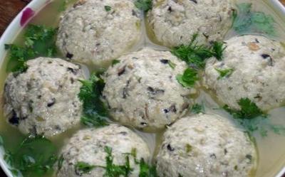 清蒸豆腐圆是钦州的一个名菜,用豆腐和瘦猪肉等蒸制而成。
