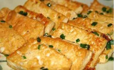 独具美味的豆饼角是豆制食品,与豆腐相仿,大豆必威体育app下载地址成浆制成豆腐后,压少水份,加工成块状。