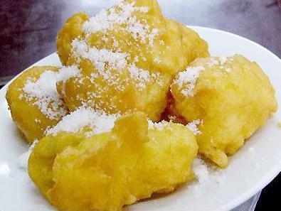 """天津陆记烫面炸糕凭其独特的精致和美味,一九八四年获""""天津最佳食品""""称号,一九九七年被中国烹饪协会认定为《中华名小吃》。"""