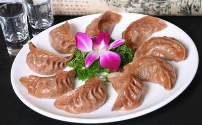 必威体育app下载地址面粉制作的素蒸饺造型美观,鲜香适口。